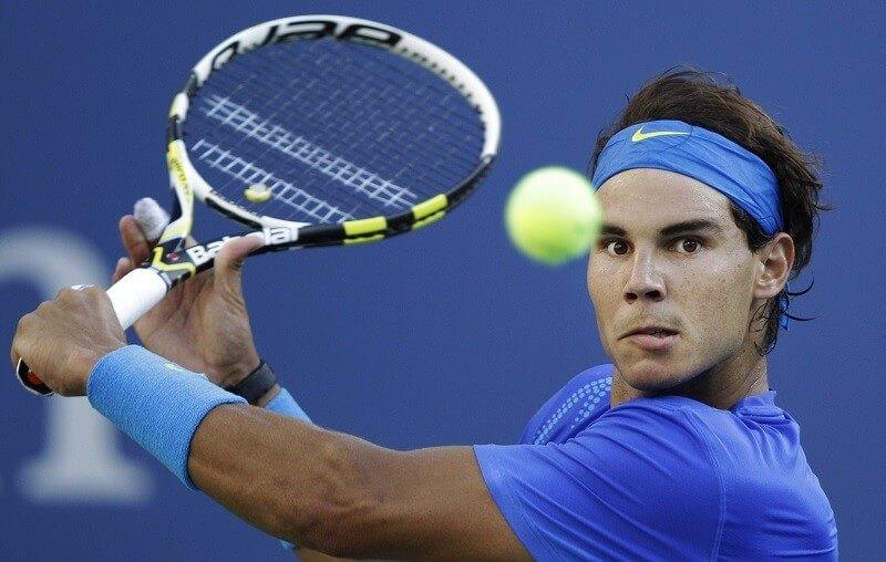 Poți să lovești o minge de tenis cu corpul