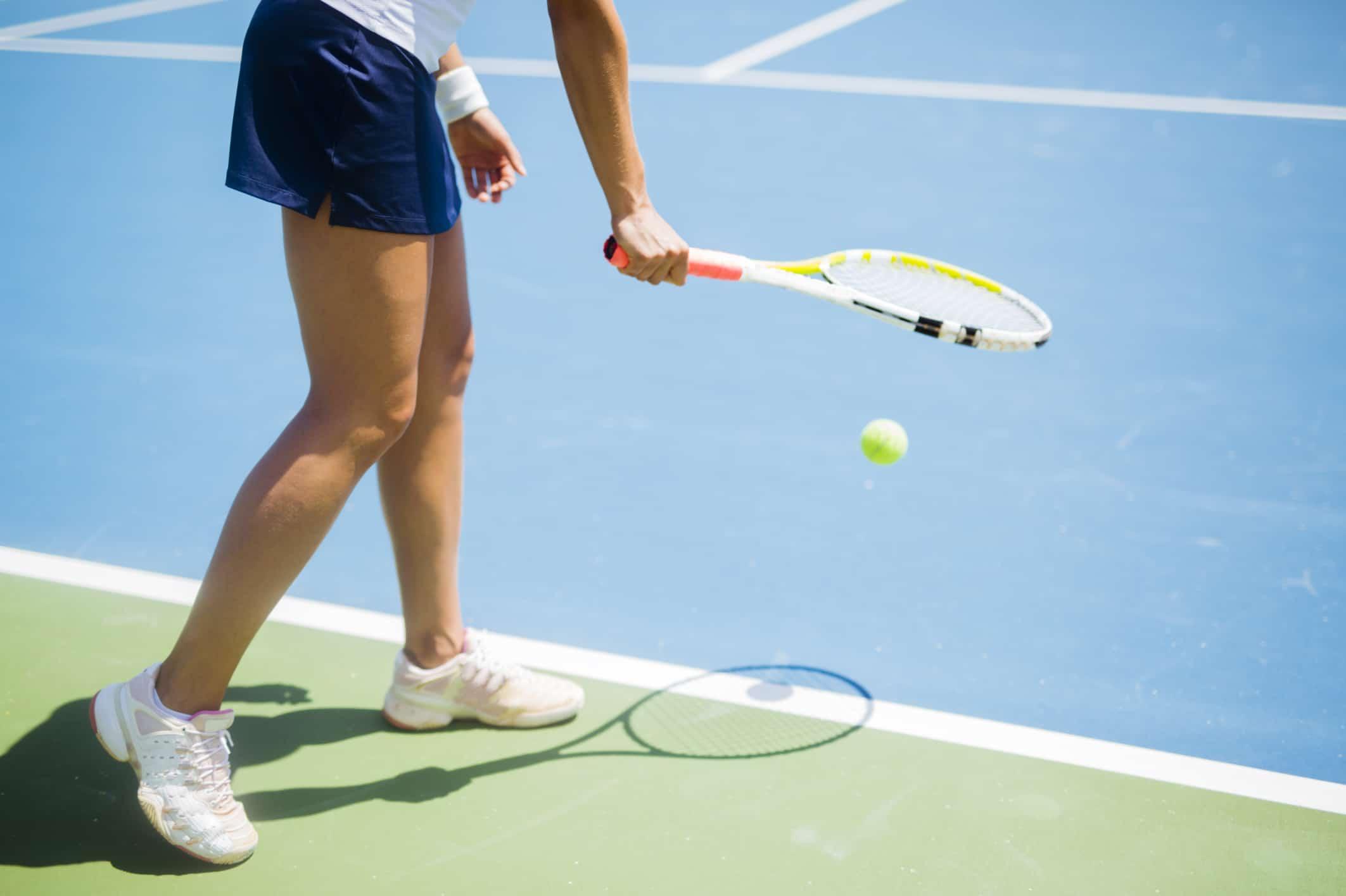 De ce jucătorii de tenis aruncă mingea înainte de a servi