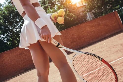 Cine servește primul la tenis